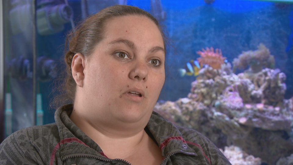 Melissa Tremblay devant son aquarium