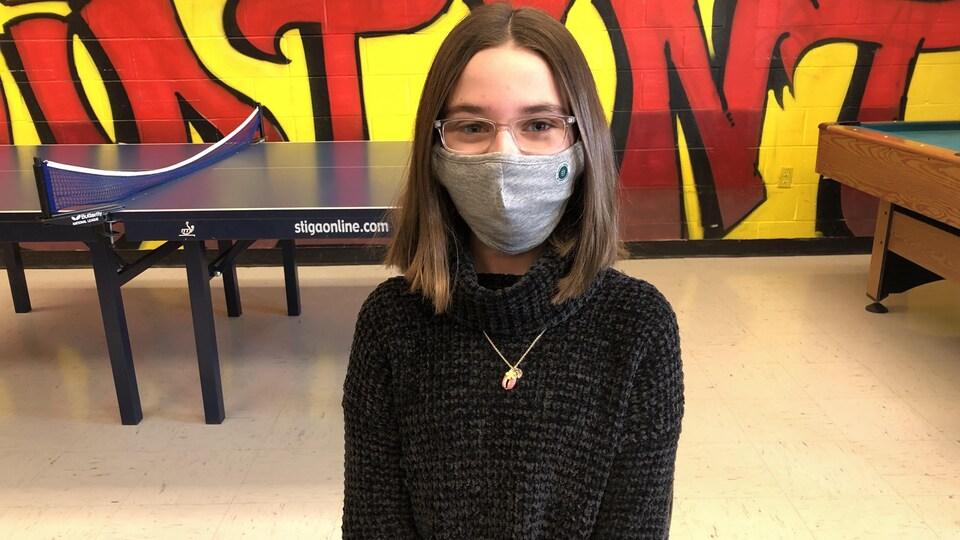 Coralie Hachey (11 ans), élève de 6e année, pose avec un masque.