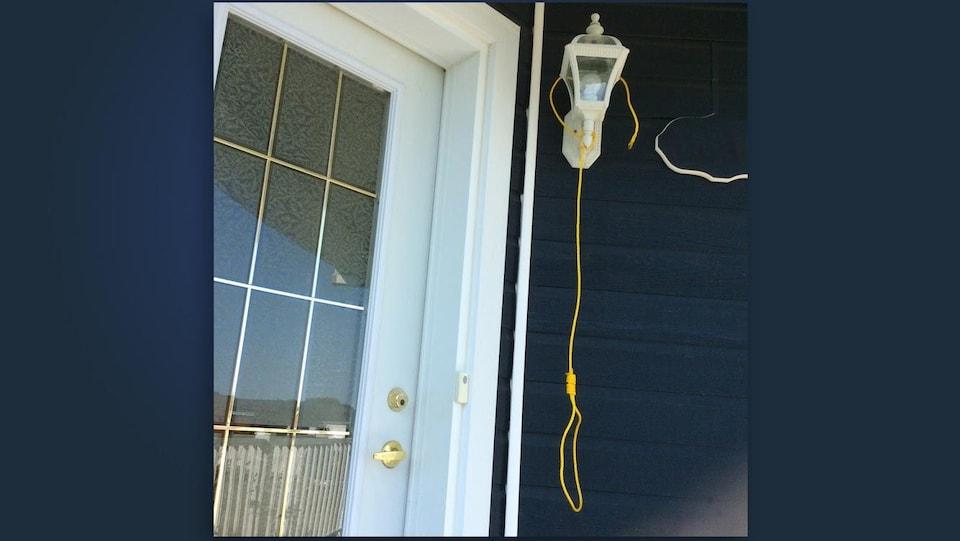 Corde qui pend après la lumière près de la porte.