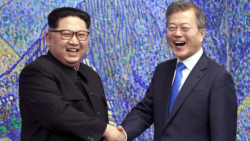 Le leader nord-coréen Kim Jong-un (à gauche) et le président sud-coréen Moon Jae-in (à droite) réunis le temps d'un sommet politique, le 27 avril 2018.
