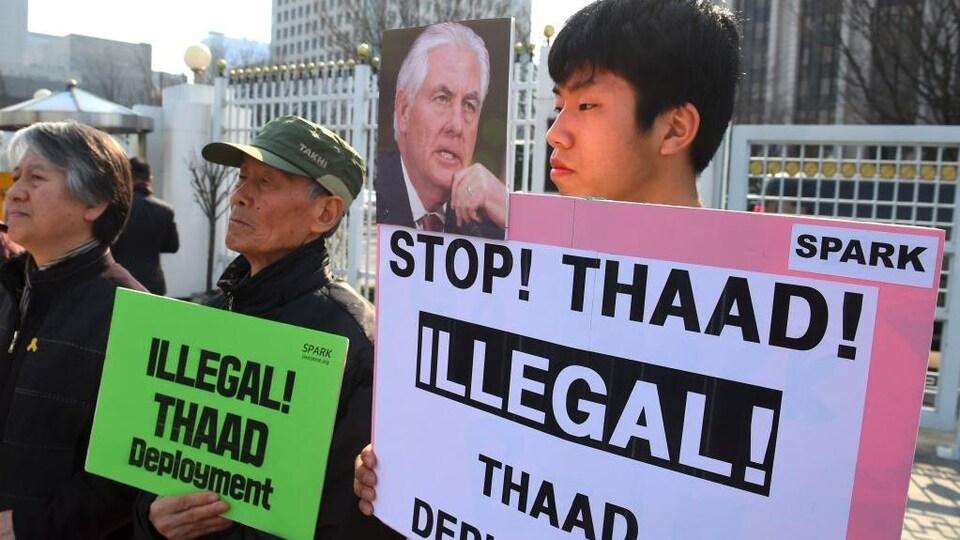 Un petit groupe de militants sud-coréens a profité de la visite du secrétaire Tillerson pour manifester devant le complexe gouvernemental sud-coréen afin de souligner leur opposition au projet de bouclier antimissile THAAD.