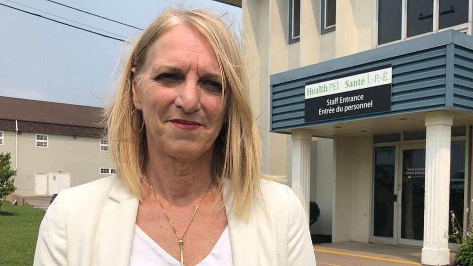 Corinne Rowswell devant les bureaux de Santé Île-du-Prince-Édouard.