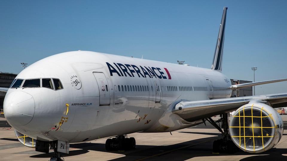 Un avion d'Air France posé à l'aéroport Charles-de-Gaulle de Paris.