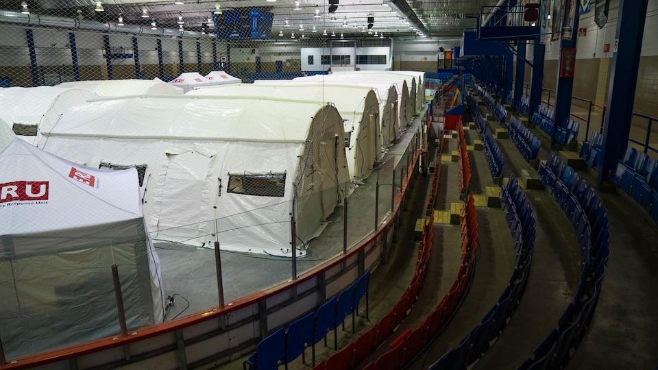 Des tentes de la Croix-Rouge sur la patinoire de l'aréna Jacques-Lemaire à LaSalle.