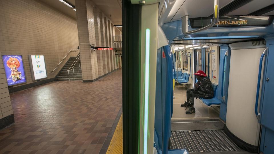 Photo prise à l'entrée du wagon de métro : on voit, sur la moitié droit, le quai d'embarquement et, sur la moitié gauche, l'intérieur du wagon.