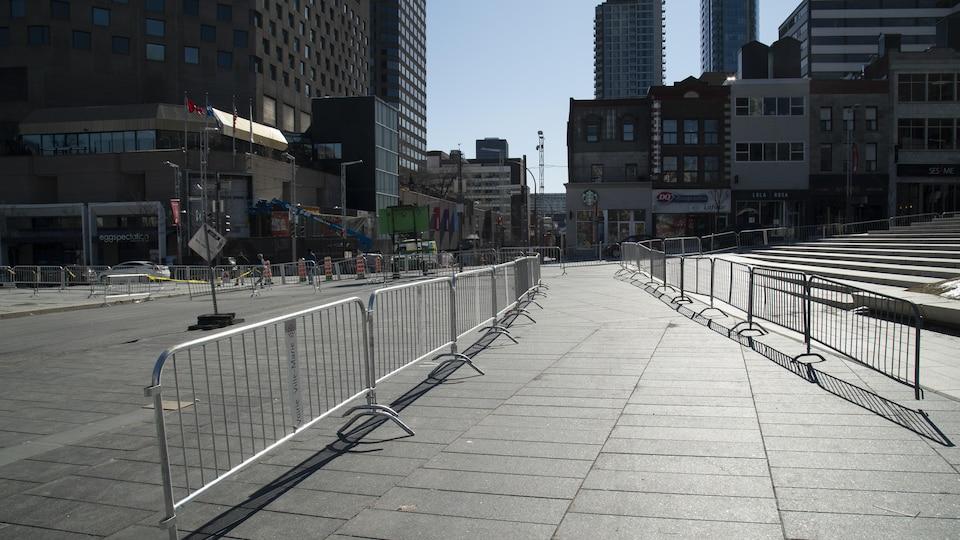 Des barrières installées à la Place des festivals.