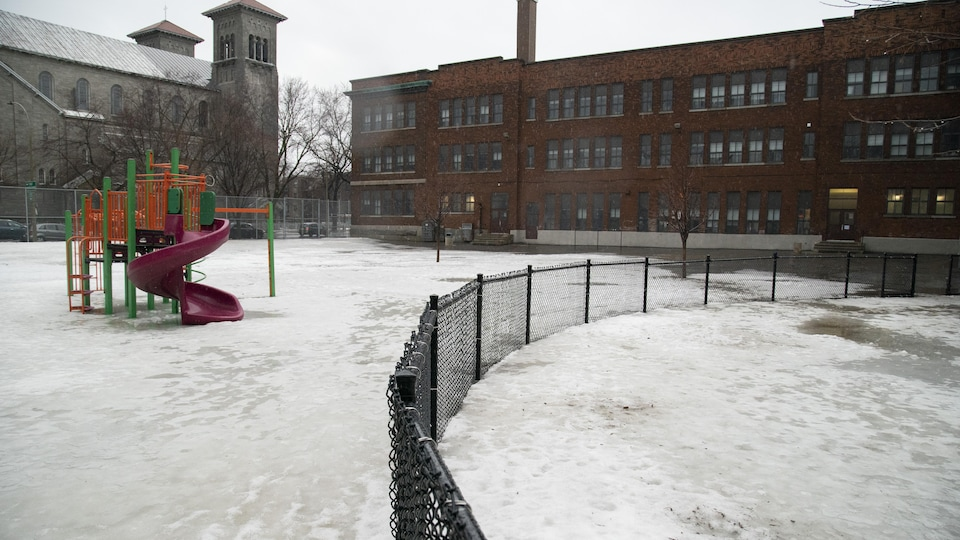Une cour d'école vide.