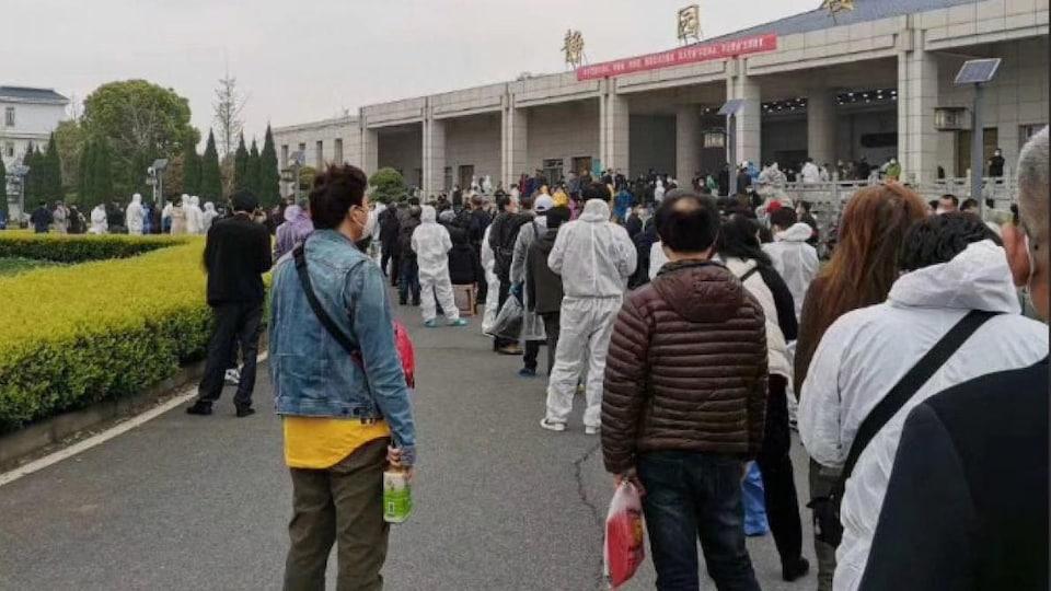 File d'attente de citoyens devant un des crématoriums de la ville de Wuhan, en Chine centrale.