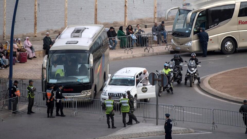 Des policiers marocains contrôlent la frontière.