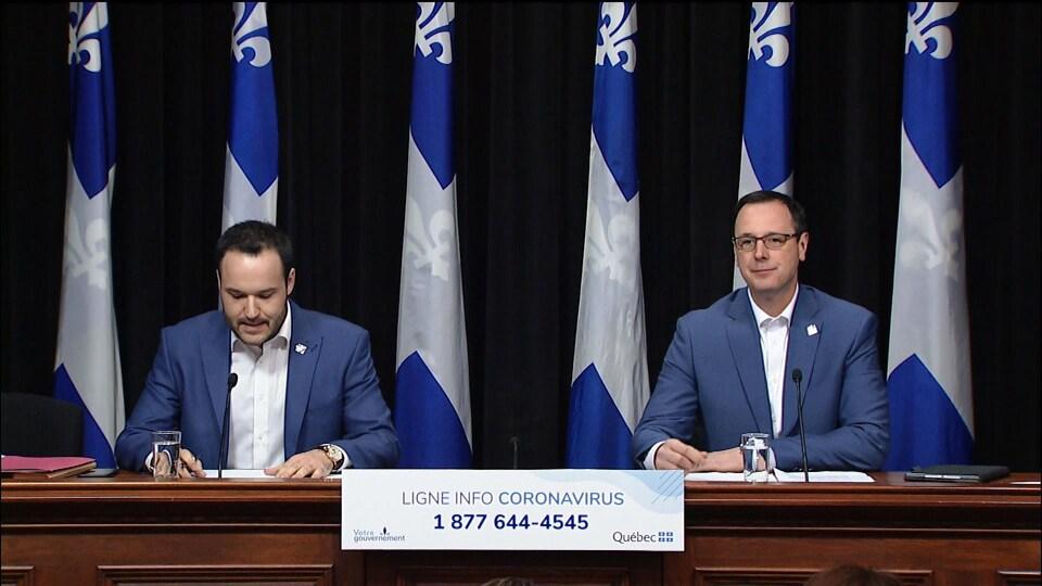 Les ministres Mathieu Lacombe et Jean-François Roberge lors d'un point de presse.