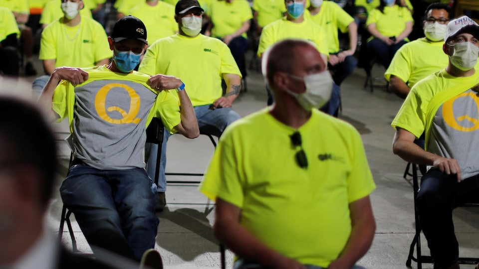 Deux hommes révèlent des t-shirts QAnon lors d'une allocution de Donald Trump en Pennsylvanie, le 14 mai 2020.