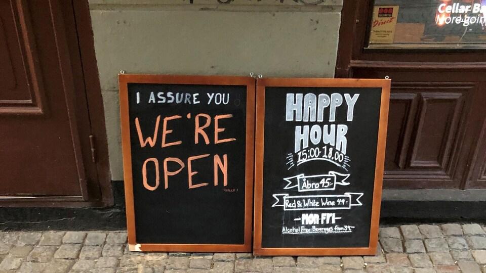 Des pancartes indiquant qu'un pub est ouvert.