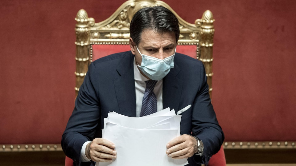 Giuseppe Conte au parlement et portant un masque.