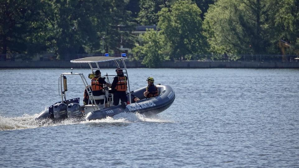 Une embarcation sur la rivière des Prairies avec quatre personnes à son bord.