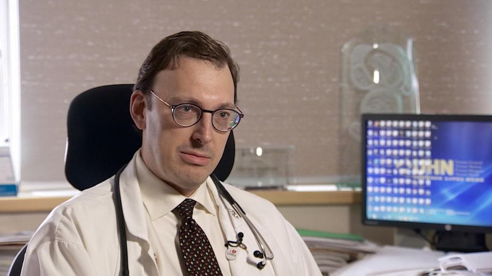 Un portrait du pneumologue dans son cabinet.