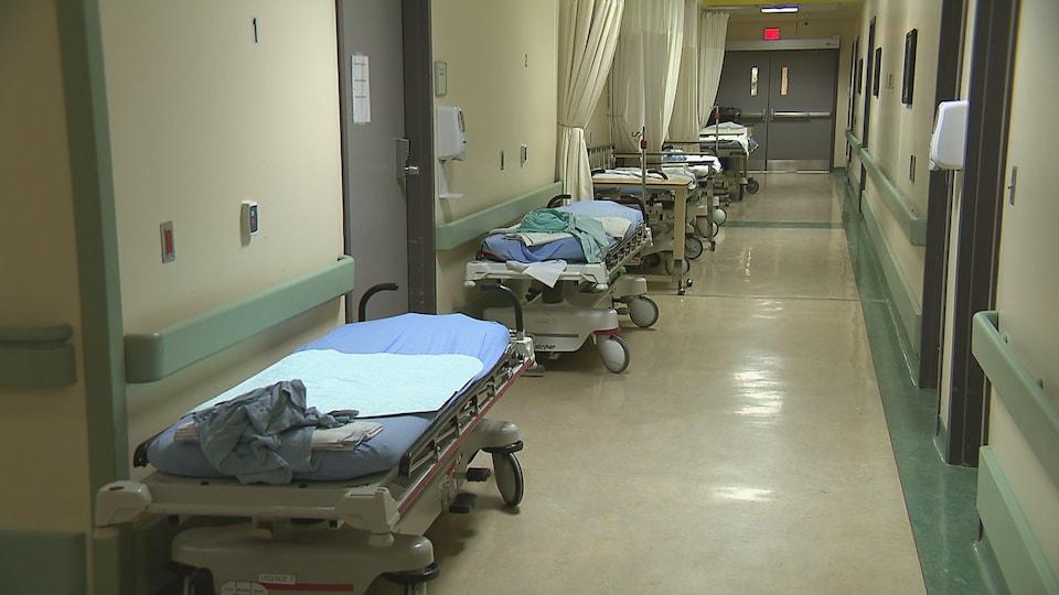 Les lits sont inoccupés dans ce corridor de l'urgence de l'Hôpital de Rimouski.