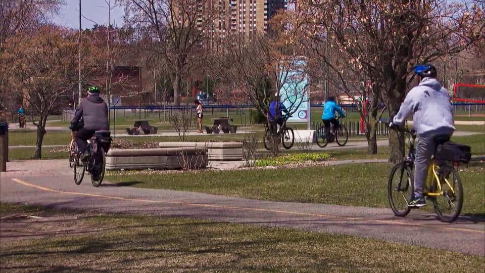 Plusieurs cyclistes circulent au parc Moussette.