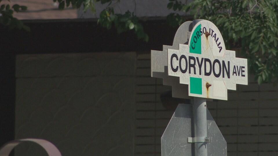 Un panneau sur lequel on peut lire le nom de l'avenue Corydon à Winnipeg.
