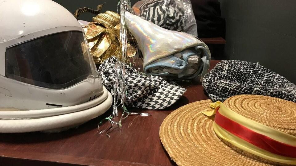 Un chapeau, un casque, des casquettes et des foulards.