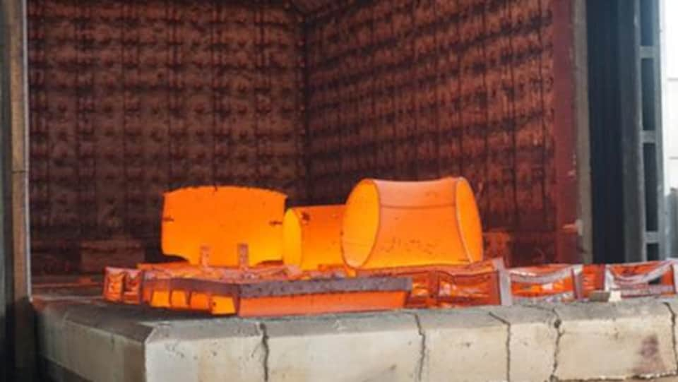 Des pièces de pipeline dans un four industriel.