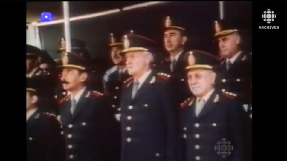 Généraux en uniforme debout en groupe.