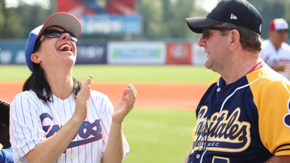 La mairesse de Montréal Valérie Plante et le maire de Québec Régis Labeaume, en marge d'une partie amicale de baseball.