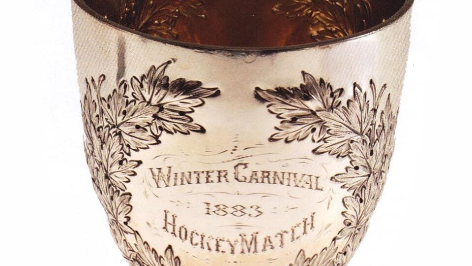 On peut lire l'inscription suivante sur une coupe dorée: Winter Carnival 1883, Hockey Match
