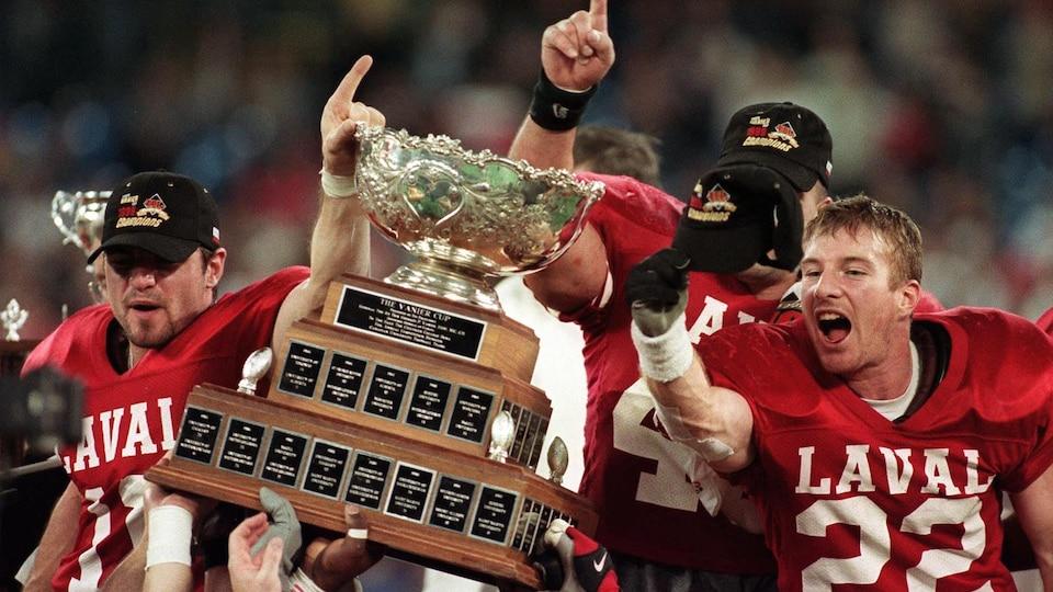 Le Rouge et Or célèbre sa première conquête de la Coupe Vanier en 1999 grâce à une victoire de 14-10 sur les Huskies de l'Université Ste.Mary's à Toronto