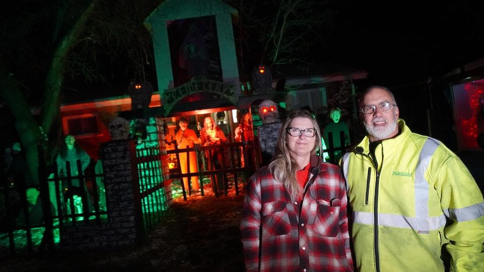 Un couple photographié devant sa maison pour l'Halloween.