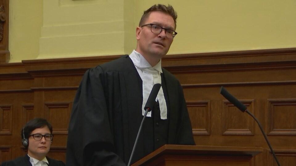 On voit l'avocat David Robitaille plaider devant la Cour d'appel en faveur du Centre québécois du droit de l'environnement et du groupe Équiterre.