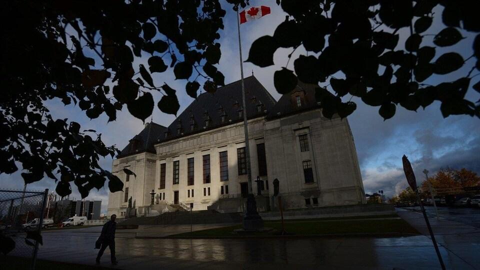 L'édifice de la Cour suprême du Canada photographié en automne.