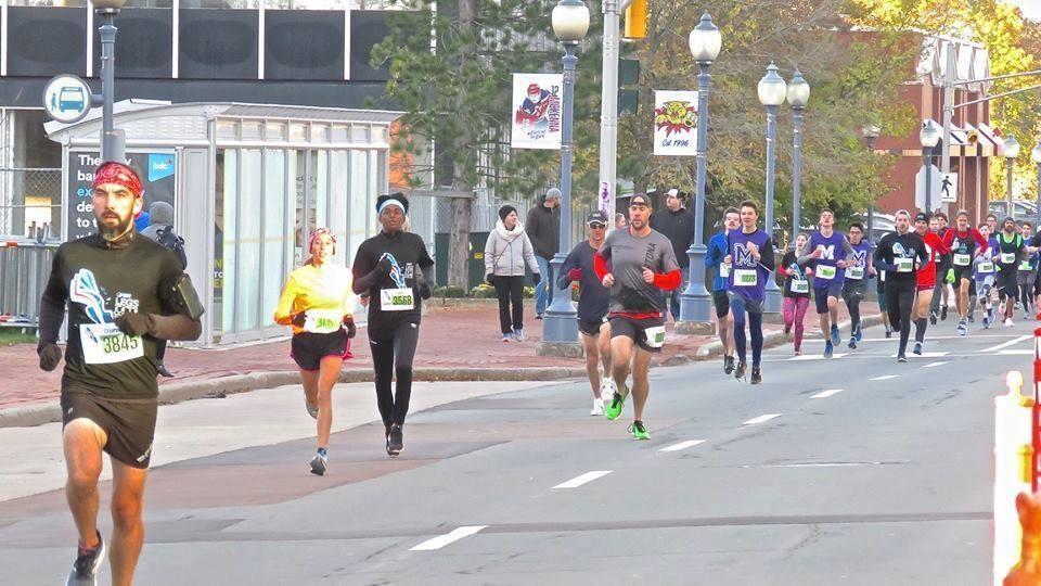 Des coureurs au centre-ville de Moncton.