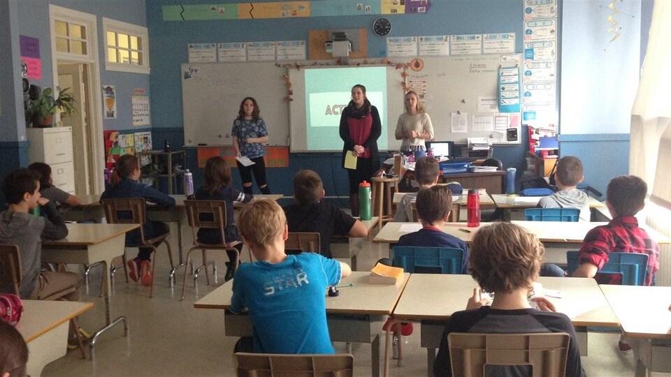 Des élèves du campus collégial de Carleton-sur-Mer sont devenus professeurs d'histoire durant quelques minutes dans une classe de 6e année à l'école Bourg de Carleton-sur-Mer