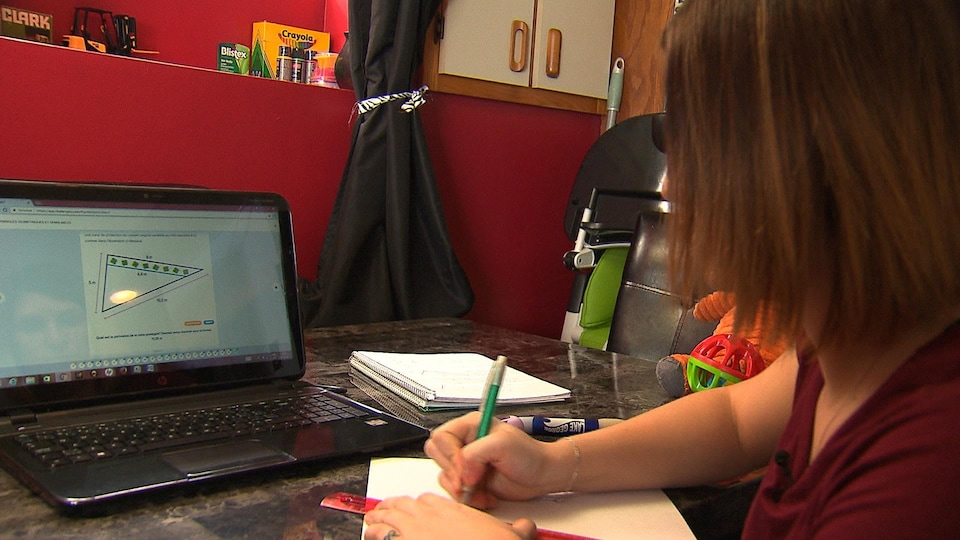 Émilie Deschamps est en train d'étudier
