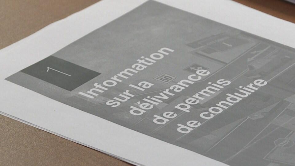 """Une feuille imprimée sur laquelle il est écrit """"Information sur la délivrance du permis de conduire""""."""