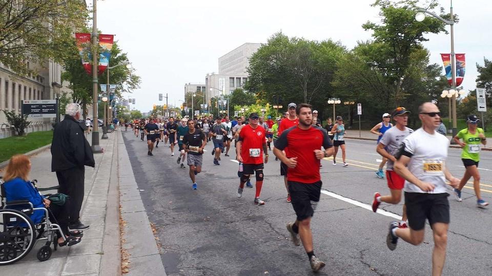 Des coureurs sur la rue Wellington à Ottawa.