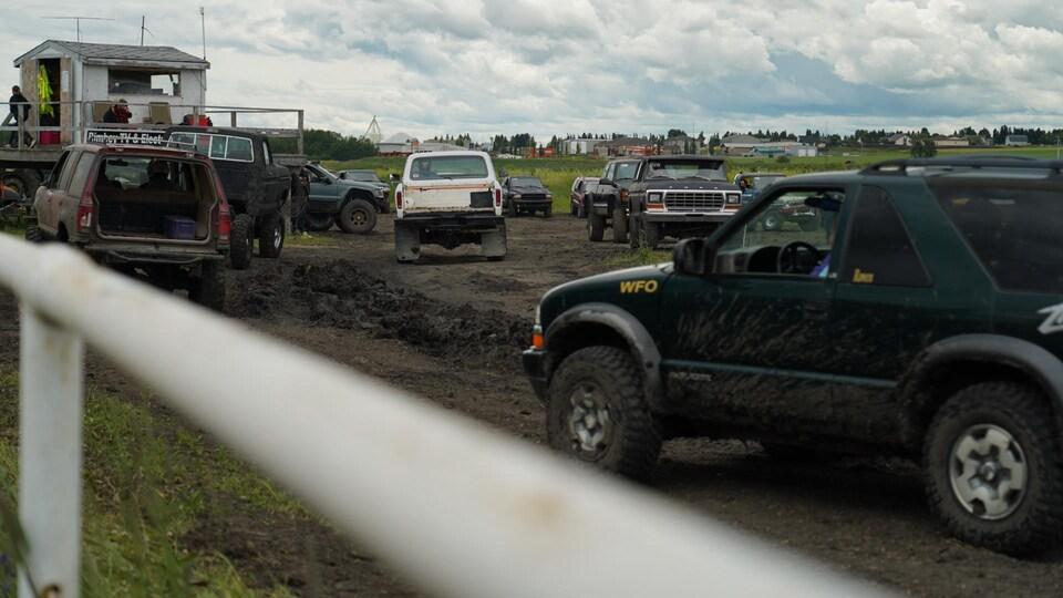 Des camions pendant une course dans la boue.