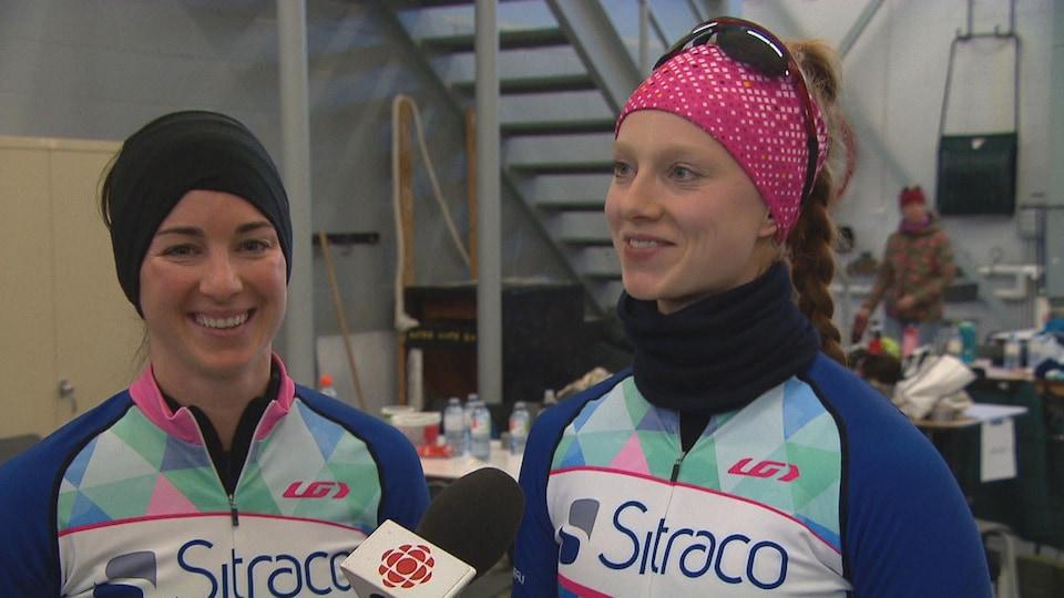 Marie-Pierre Bélisle et Julie Marcotte, membres de l'équipe Sitraco—Bistro B, répondent aux questions d'un journaliste.