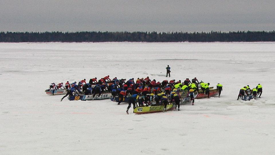 Plusieurs équipes de canot à glace se préparent à faire une course au large de Rimouski.