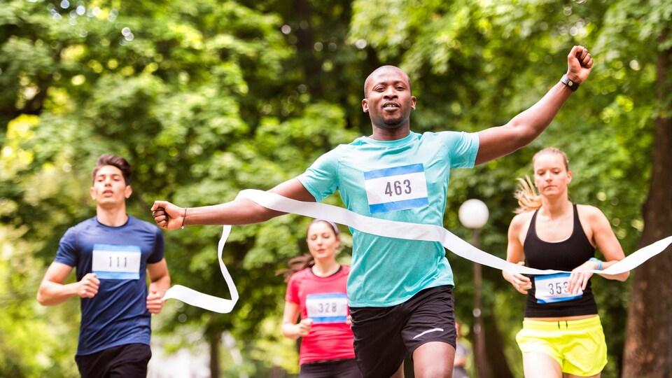Des coureurs complètent un marathon.