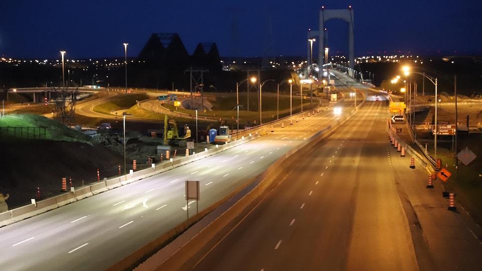 La circulation est quasi nulle sur le pont Pierre-Laporte après 20 h. Seuls les camions de livraison de produits essentiels prennent la route.
