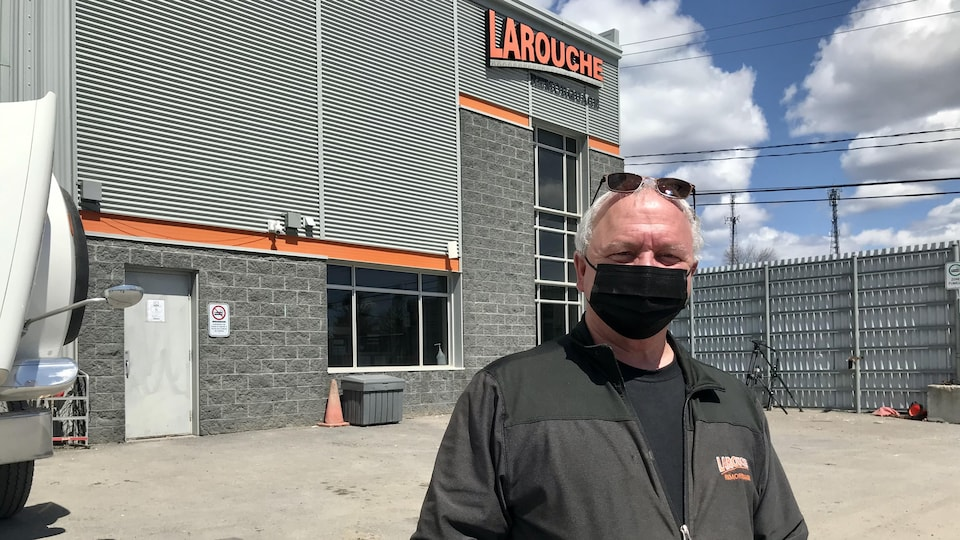 Jean-Paul Larouche est président de Larouche Remorquage. Son entreprise couvre toute la ville de Québec (sauf le centre-ville) et le parc des Laurentides.