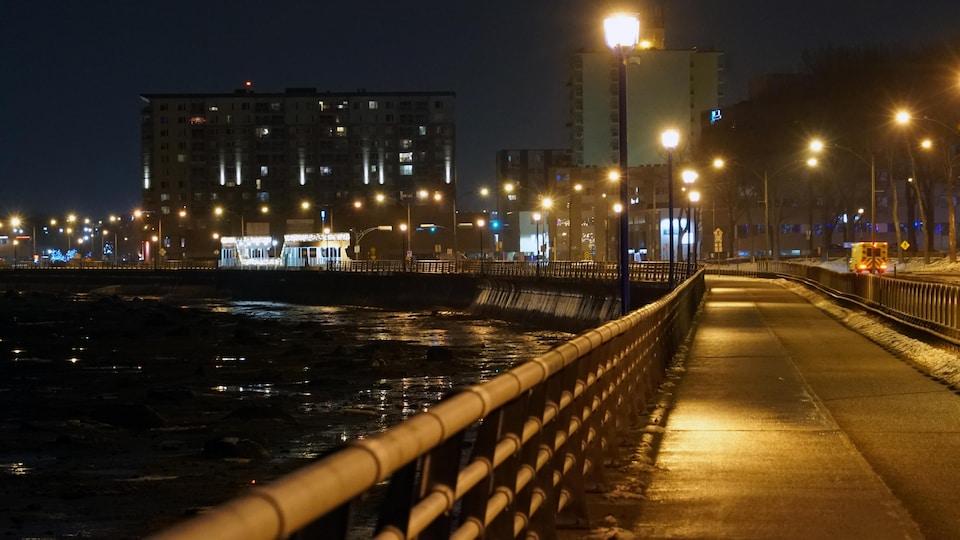 La promenade sur le long du fleuve à Rimouski est vide un soir d'hiver.