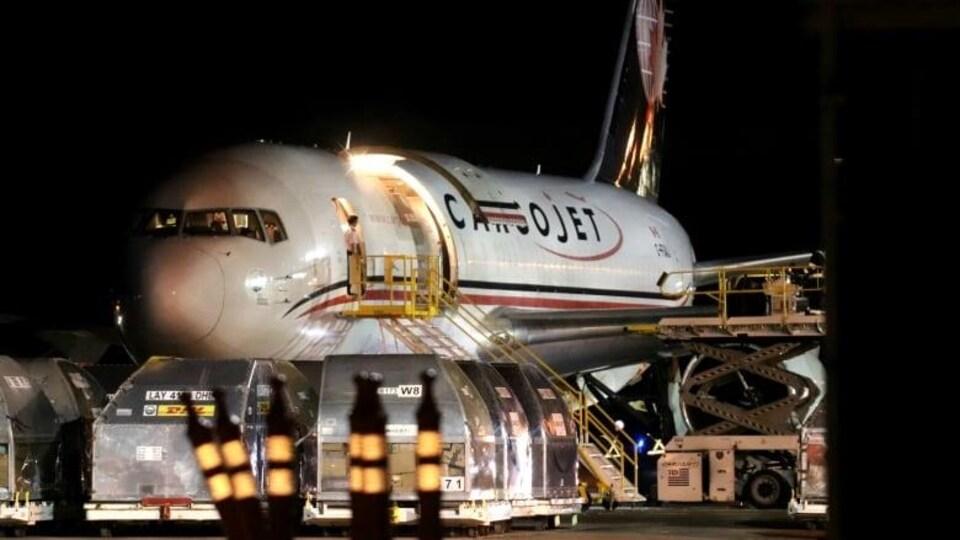 Cet avion cargo a livré les premières doses du vaccin au Nouveau-Brunswick, tôt mardi matin.