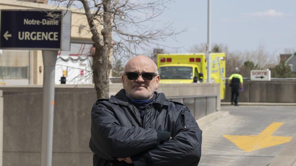 Un homme devant l'Hôpital Notre-Dame de Montréal.