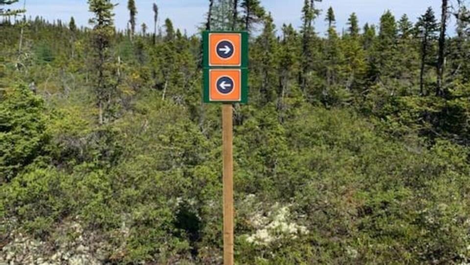 Un panneau indique dans quel sens circuler.