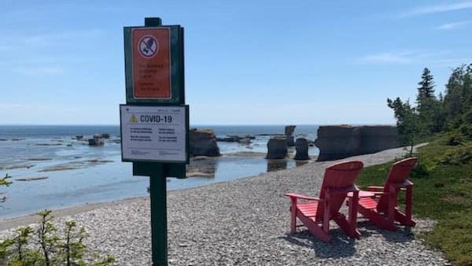 Une affiche sur la grève prévient les visiteurs que des règlements supplémentaires sont en vigueur.