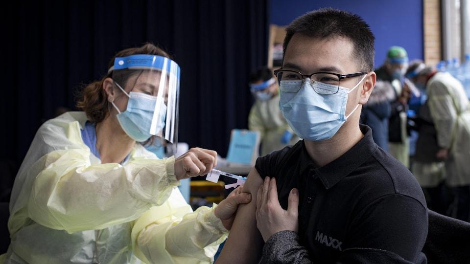 Un homme se fait vacciner contre la COVID-19.