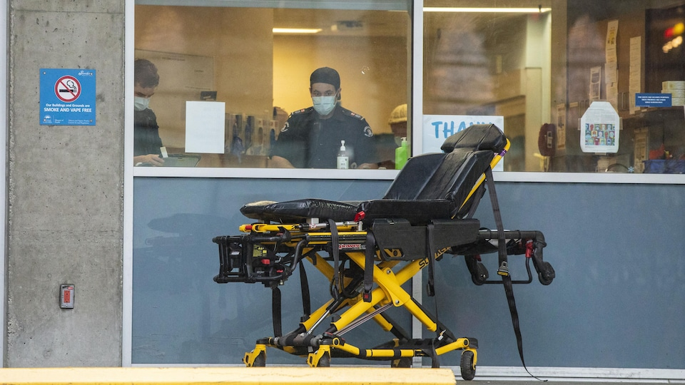 Une civière se trouve devant une fenêtre de l'hôpital St-Paul de Vancouver.