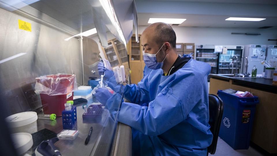 Un technicien de laboratoire.